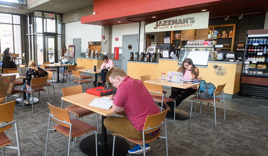 学生们坐在爵士餐厅的桌子旁