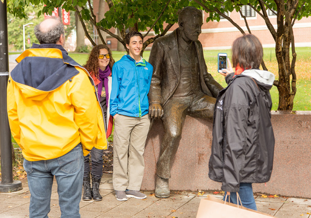 Student and family posing with Freud statue