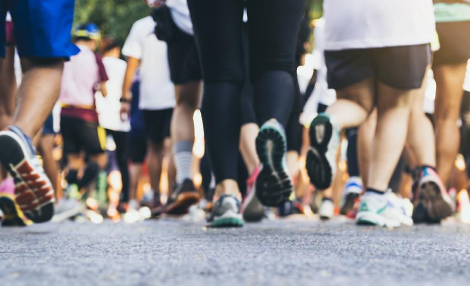 pictrre of many feet running in race