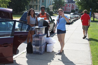 Peer adviser helping someone on move in day