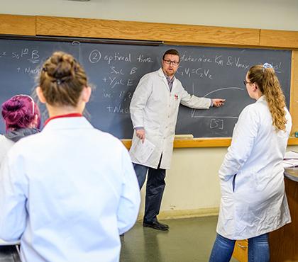 Professor Don Spratt works with chemistry students